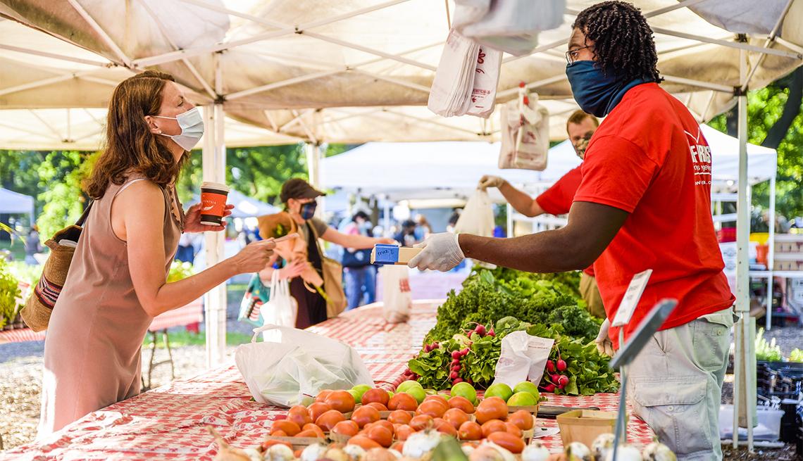 item 7 of Gallery image - Mujer compra en un mercado agrícola
