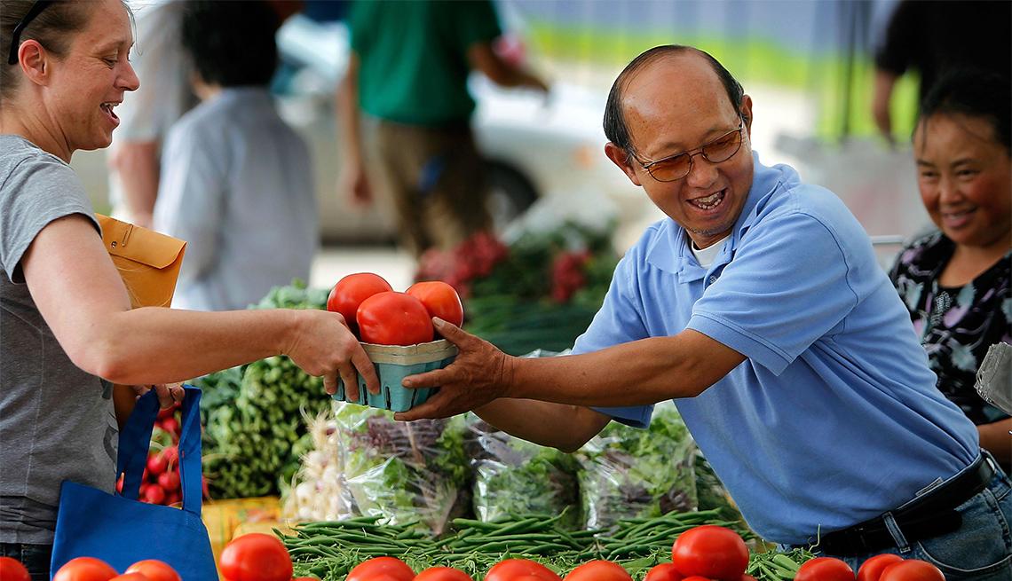 item 8 of Gallery image - Mujer compra tomates en un mercado agrícola