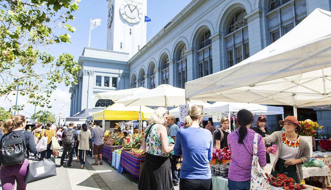 Personas agrupadas en un mercado agrícola