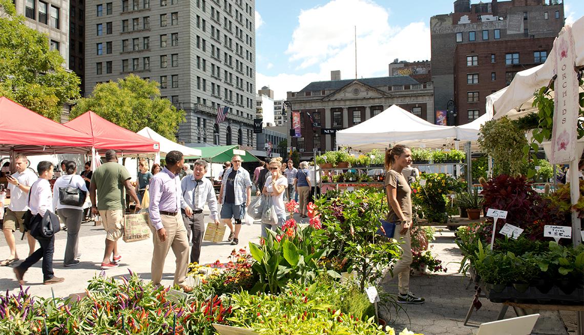 item 11 of Gallery image - Personas caminan en medio de un mercado agrícola ubicado entre edificios