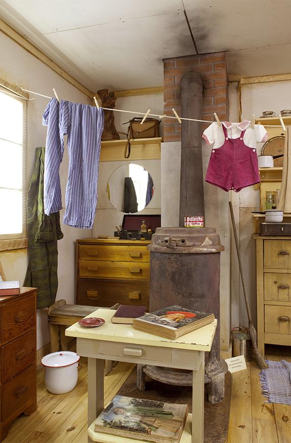 Una exhibición que representa el interior de una habitación del campo de concentración The Heart Mountain Interpretive Learning Center