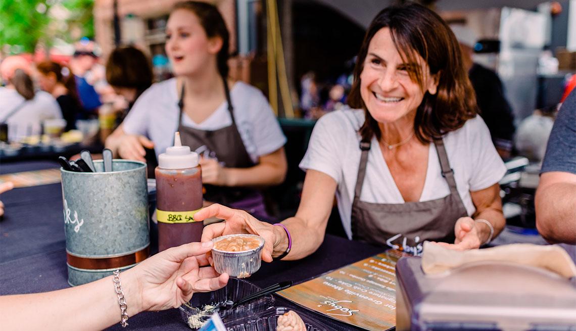 item 6 of Gallery image - Mujer en un festival gastronómico