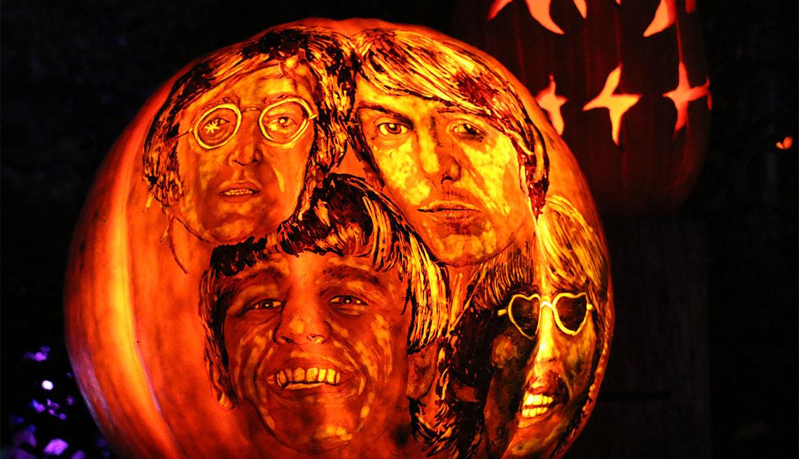 item 2 of Gallery image - Integrantes del grupo The Beatles exhibidos en una calabaza