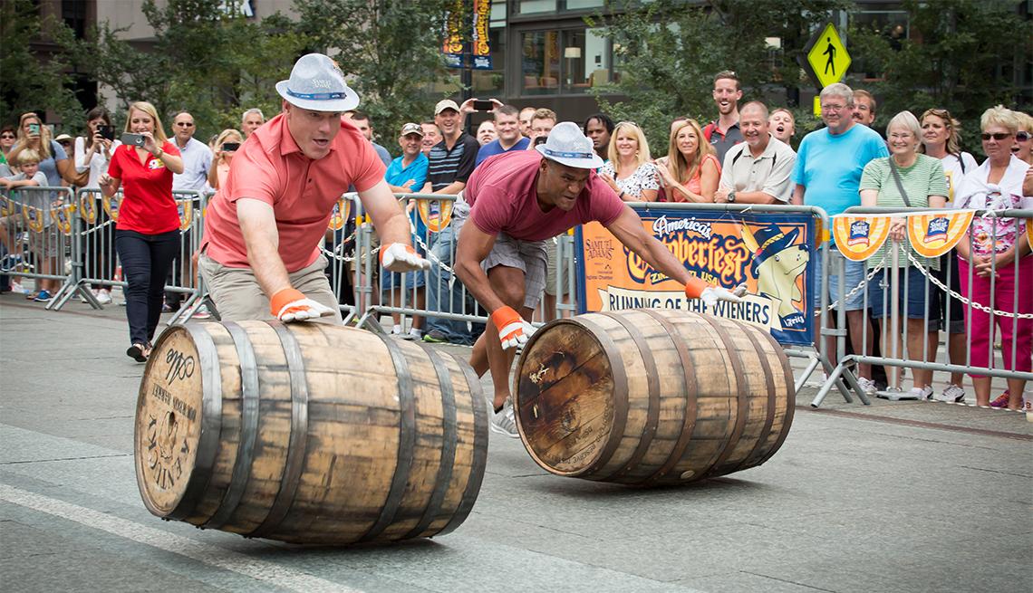 item 1 of Gallery image - Hombres ruedan barriles de madera en el festival Oktoberfest Zinzinatti