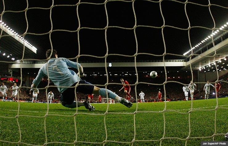 Portero de fútbol en el Anfield Stadium, Liverpool, Inglaterra - 5 Estadios de Fútbol del Mundo