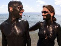 Pareja con barro en el Mar Muerto, Israel y Jordania - 10 Lugares únicos para ver en el extranjero