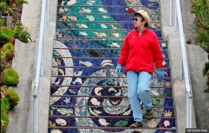 Mujer camina por las escaleras de la 16th Avenue en San Francisco, Escaleras increíbles en el mundo