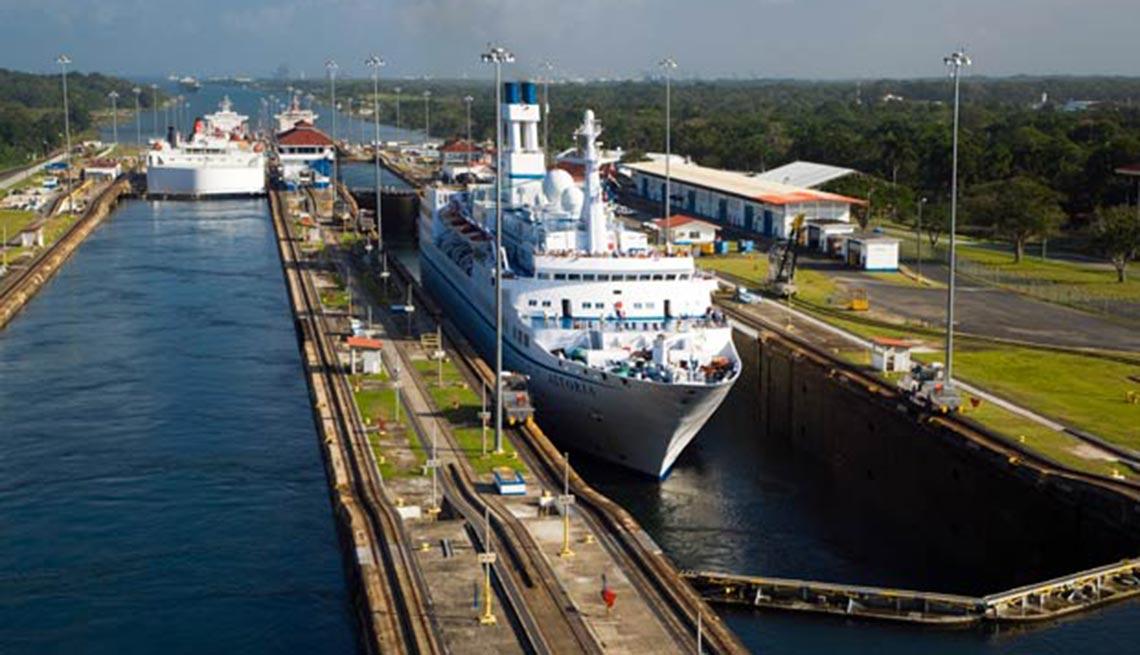 item 9 of Gallery image - Barco cruzando el canal, 10 hechos inusuales sobre el Canal de P,Barco cruzando el canal, 10 hechos inusuales sobre el Canal de P