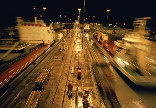 Esclusas de Miraflores en la noche, 10 Hechos inusuales sobre el Canal de Panamá
