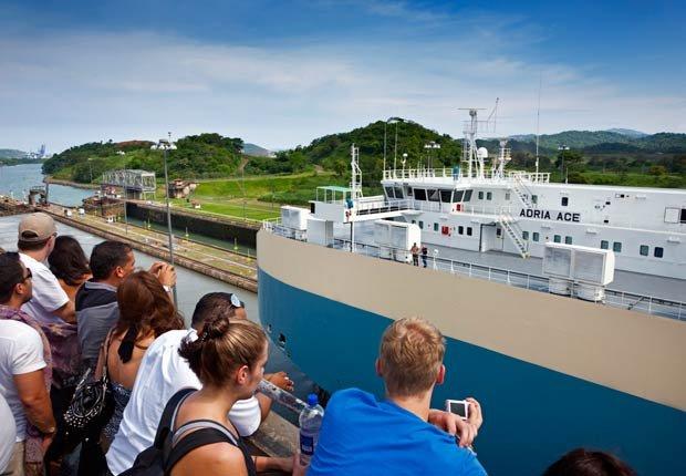 Turistas en el mirador de las esclusas de Miraflores, 10 Hechos inusuales sobre el Canal de Panamá