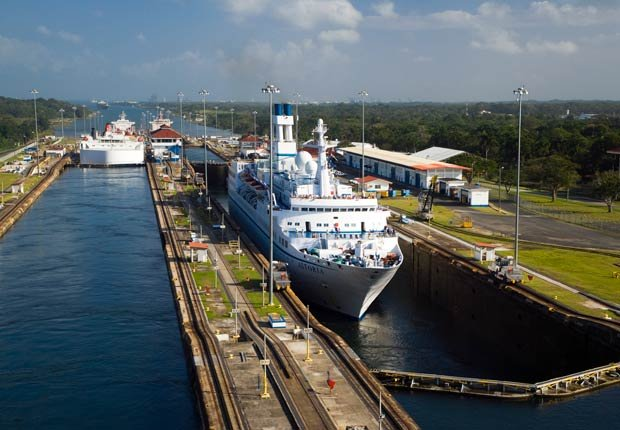 Barco cruzando el canal, 10 hechos inusuales sobre el Canal de Panamá