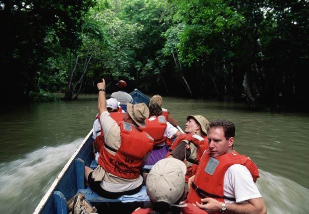 Grupo de turistas explorando la selva del Darién, 10 lugares para visitar en Panamá