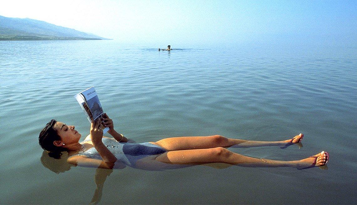 Mujer flotando en el Mar Muerto