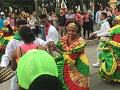 Grupo de baile en la calle - Colombia: colonial, moderna y tradicional