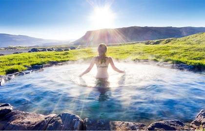 Tendencias y destinos turísticos en el 2017 - Mujer iluminada por el sol