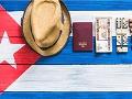 5 maneras de ir a Cuba - Sombrero, pasaporte, tabacos y dinero, sobre una bandera cubana
