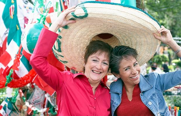 Cómo viajar a México sin riesgos a tu seguridad - Dos mujeres sostienen un sombrero mexicano