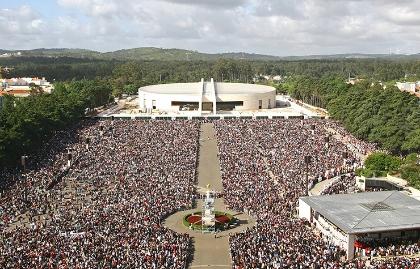 Emblemas del Santuario de Nuestra Señora del Rosario de Fátima - Gente congregada en Fátima, Portugal.
