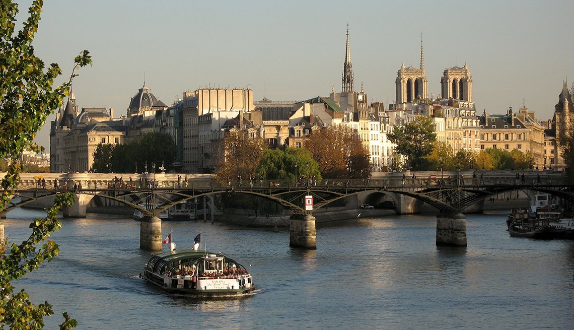 Tour Boat River Seine, Isle de City, Pont Neuf, Paris: Indulge in the City of Light