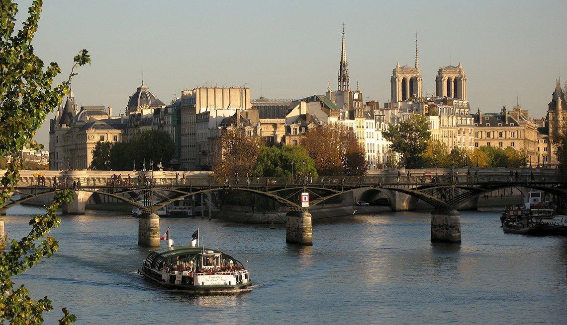 Tour Boat River Seine, Isle de City, Pont Neuf, Paris: Indulge in the City of Light