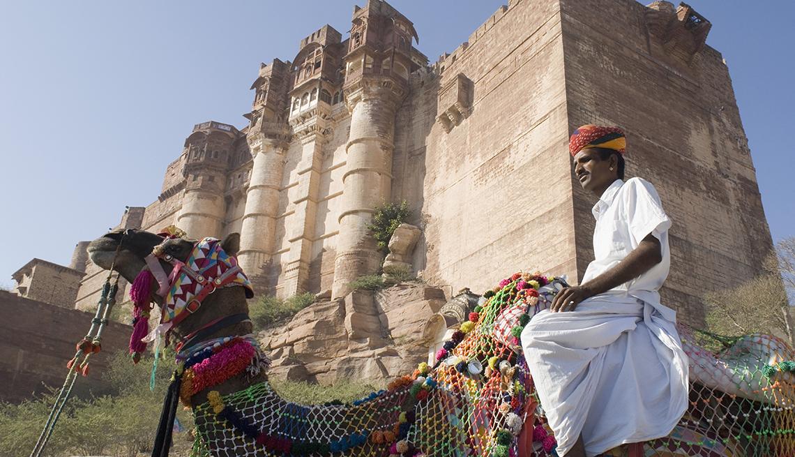 Hombre sentado en un camello frente a Mehrangarh Fort, en Jodhpur, Rajasthan, India