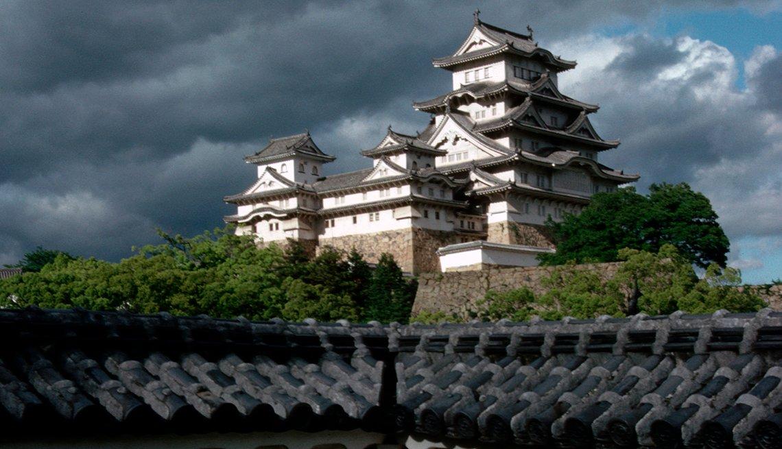 Castillo Hilltop Himeji en el horizonte