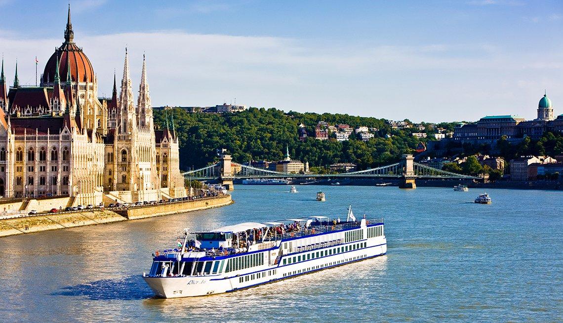 Crucero que pasa por el Parlamento en el Río Danubio, Budapest.