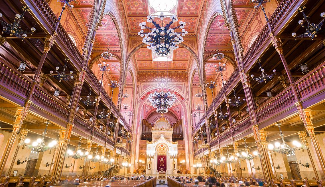 Interior de la Gran Sinagoga en la calle Dohany en Budapest, Hungría.