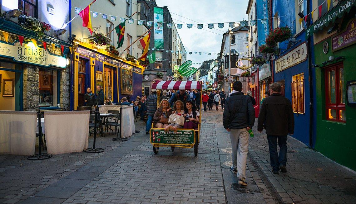 Tiendas del barrio latino al anochecer en el centro de la ciudad de Galway. Condado de Galway, Irlanda.