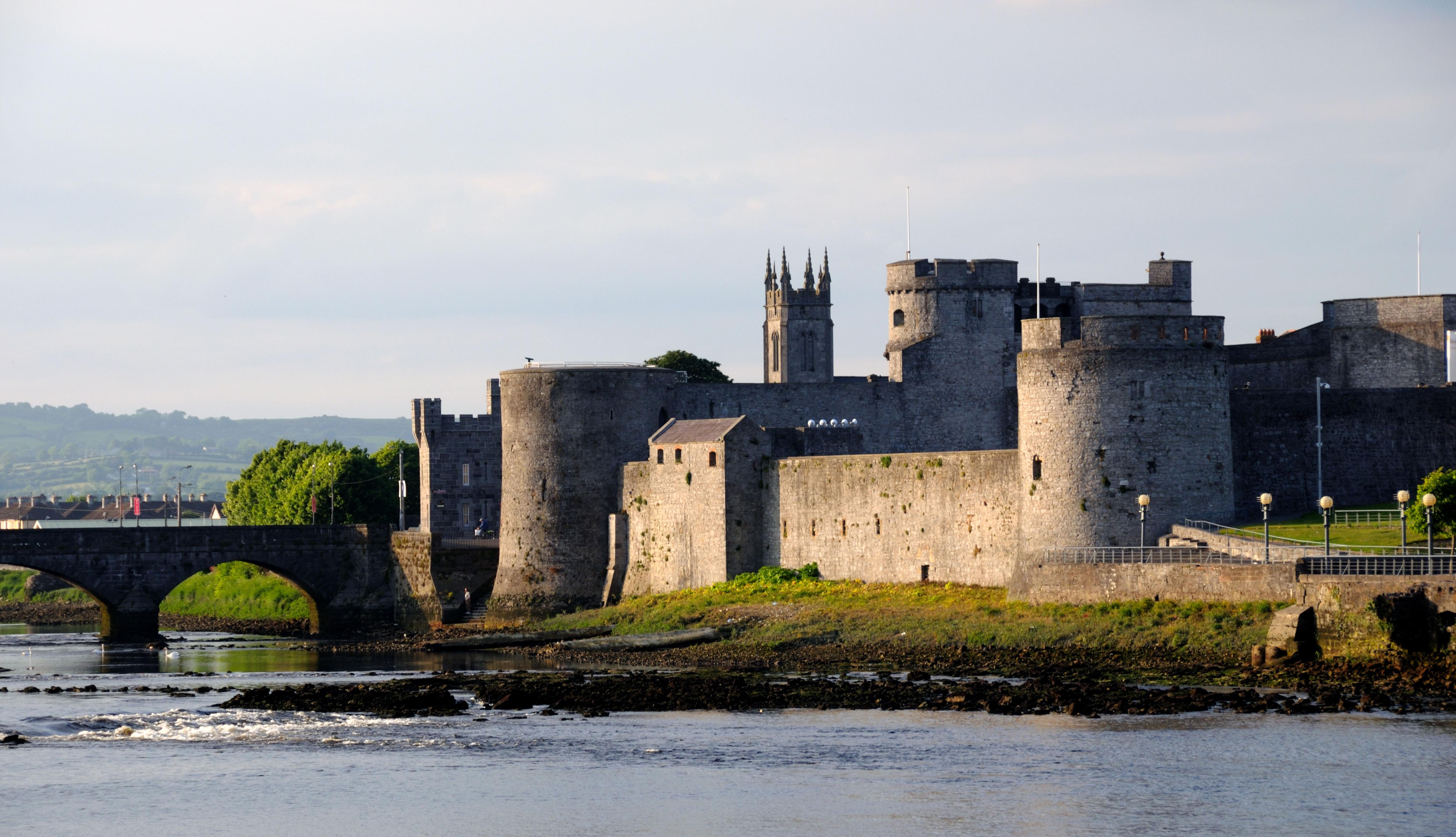 Castillo del Rey Juan, junto al río Shannon al atardecer. Limerick, Irlanda.