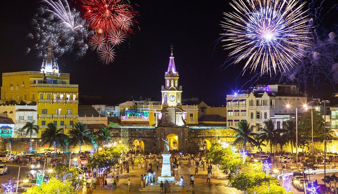 item 5, Gallery image. Vista nocturna de la Puerta del Reloj, la puerta principal del casco antiguo en el distrito histórico de Cartagena, Colombia, durante la celebración de los fuegos artificiales en la víspera del año nuevo.