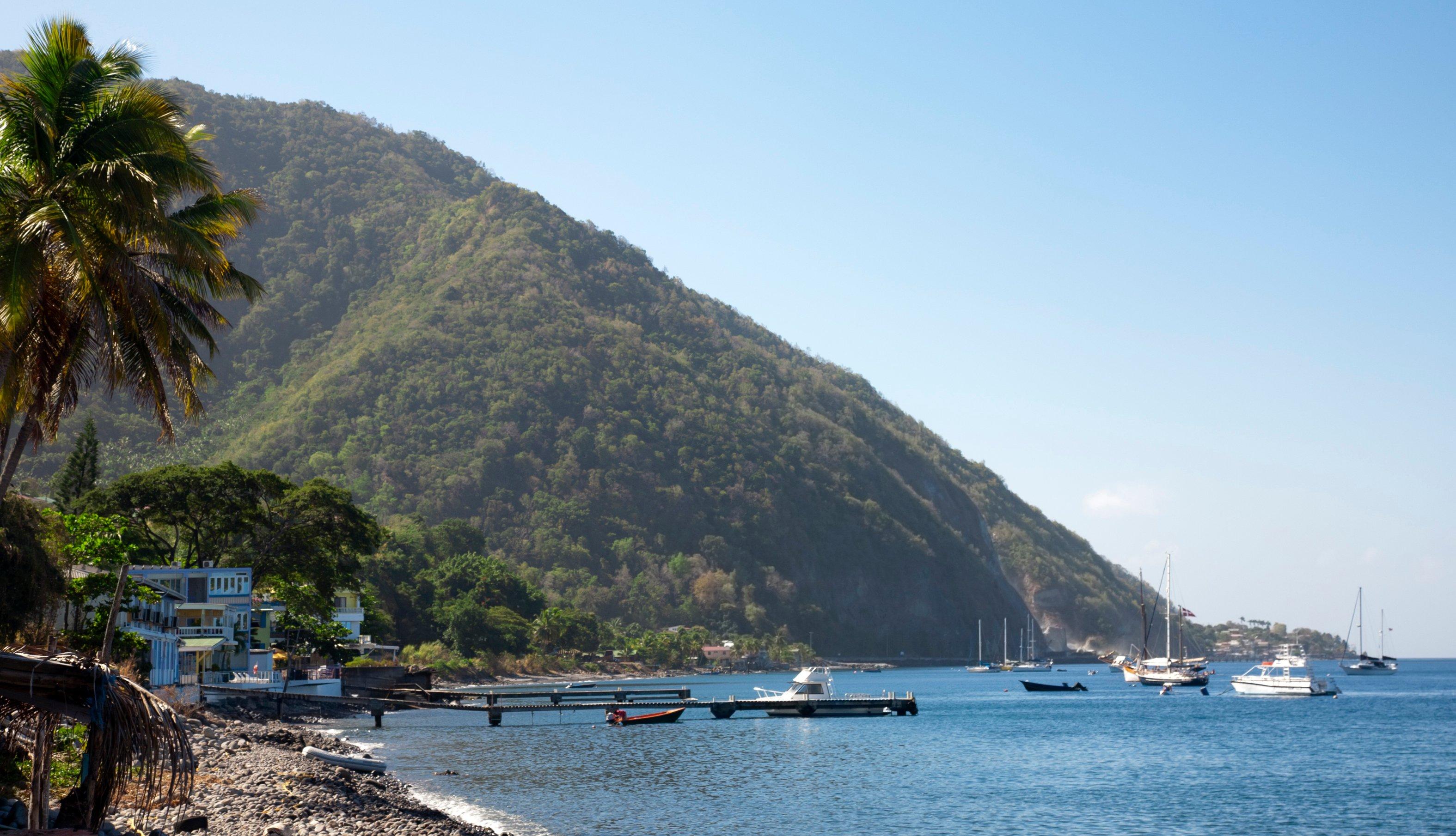 item 1, Gallery image. La costa de Dominica, al sur de la capital de Roseau.