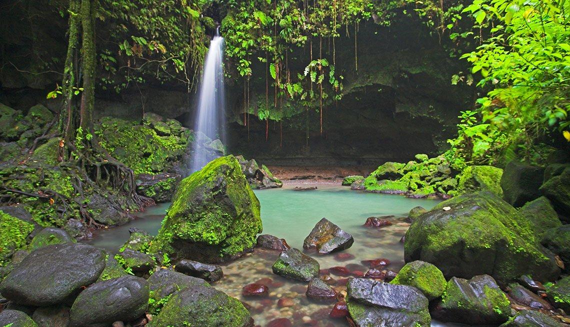 item 6, Gallery image. Emerald pool, una caida de agua desde una montaña a una piscina natural de color verde.
