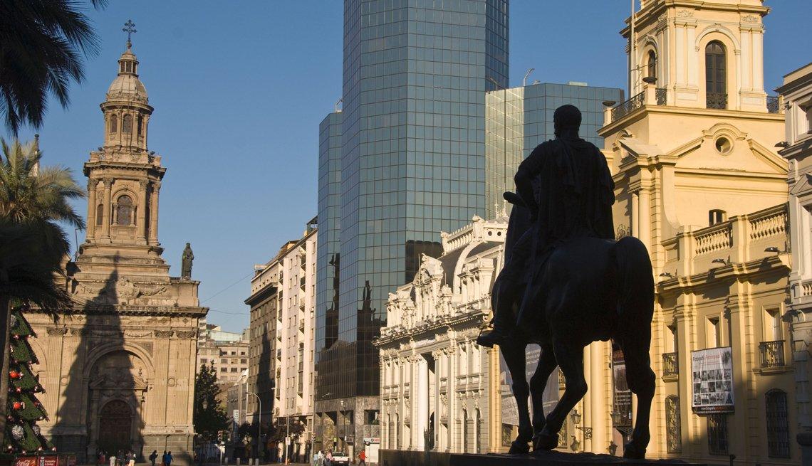 Plaza de Armas con la estatua de Valdivia en Santiago de Chile.