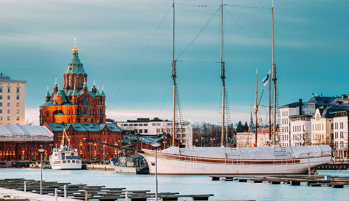 item 7, Gallery image. Vista de la noche de la catedral de Uspenski en Helsinki, Finlandia.