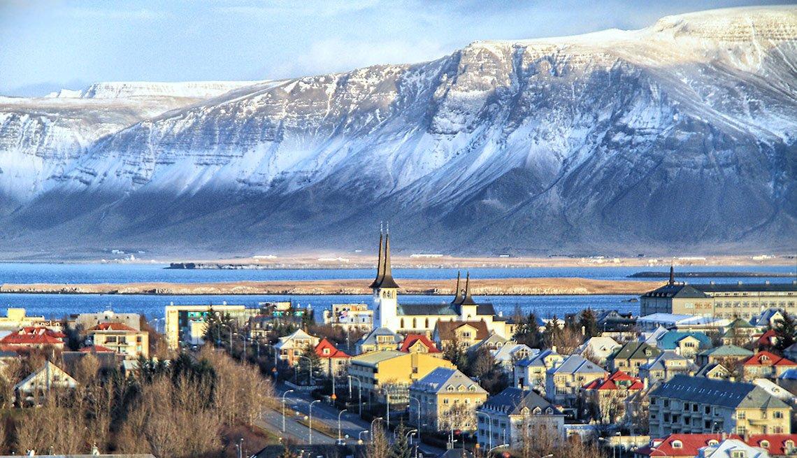 item 2, Gallery image. La ciudad de Reykjavik es la ciudad más grande de Islandia.