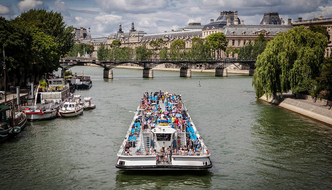 Barco turístico navega por el río Sena en París, Francia