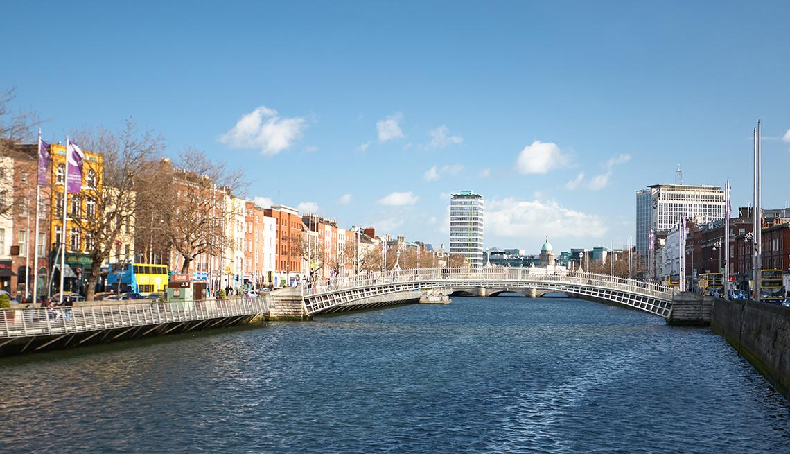 El puente Ha'penny en la ciudad de Dublín, Irlanda