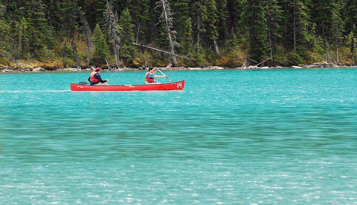 Canotaje en el lago Louise en el Parque Nacional Banff, Alberta, Canadá
