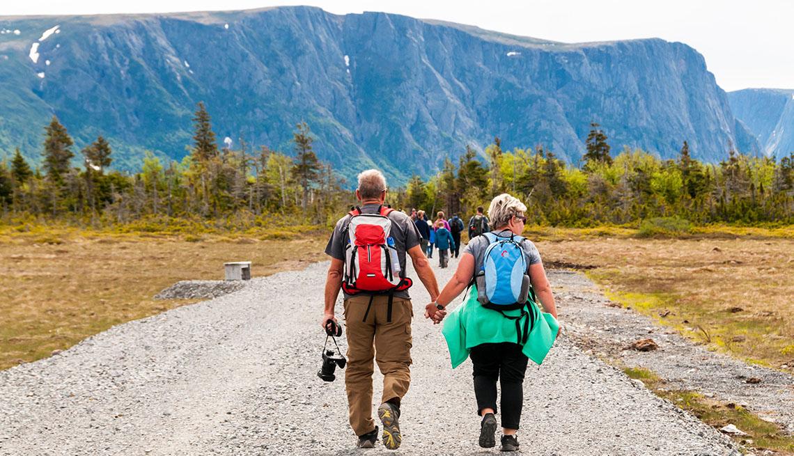Gente camina por un sendero al inicio de Western Brook Pond en el Parque Nacional Gros Morne, Terranova