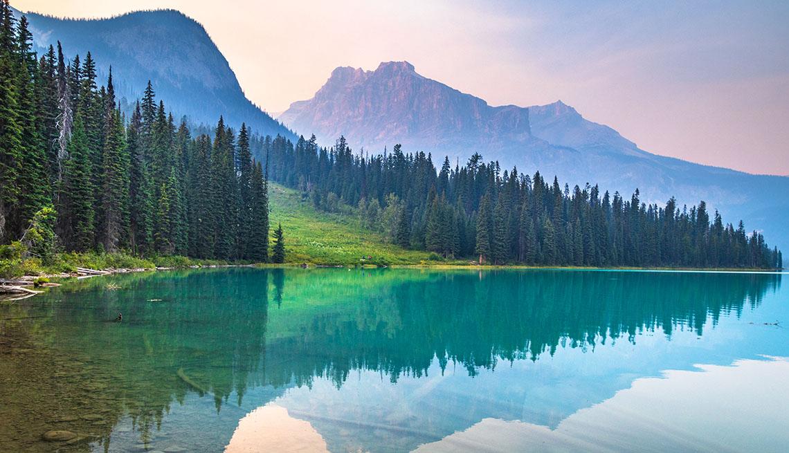 Anochecer en el Lago Esmeralda, en el Parque Nacional Yoho