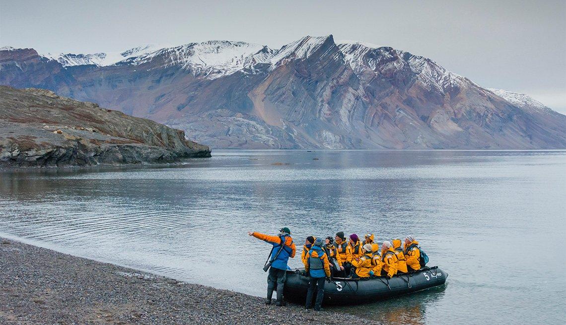 Grupo de turistas en un bote en el Northeast Greenland National Park, en Groenlandia