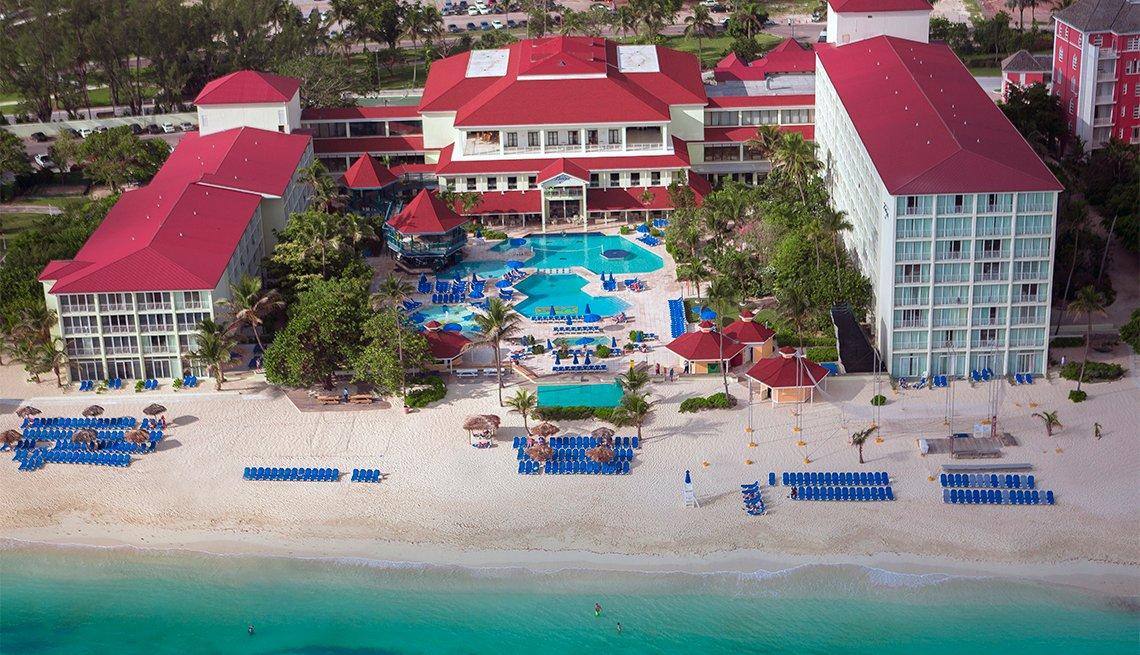 Perspectiva aérea del complejo hotelero Breezes Resort en Nassau