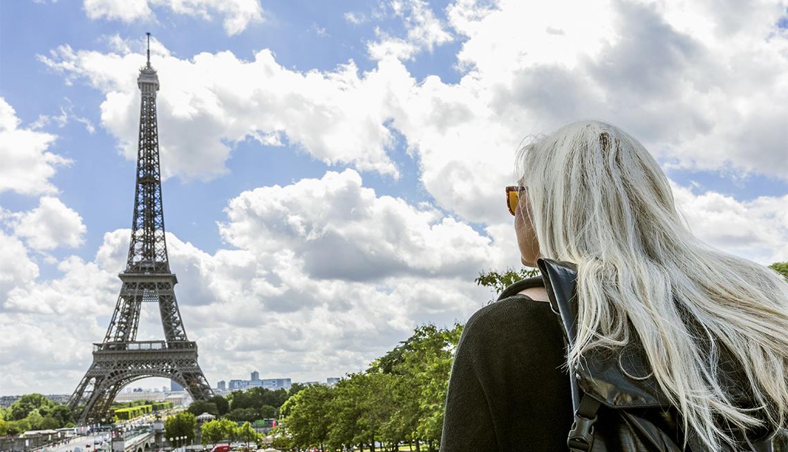 Mujer observa la Torre Eiffel en París, Francia