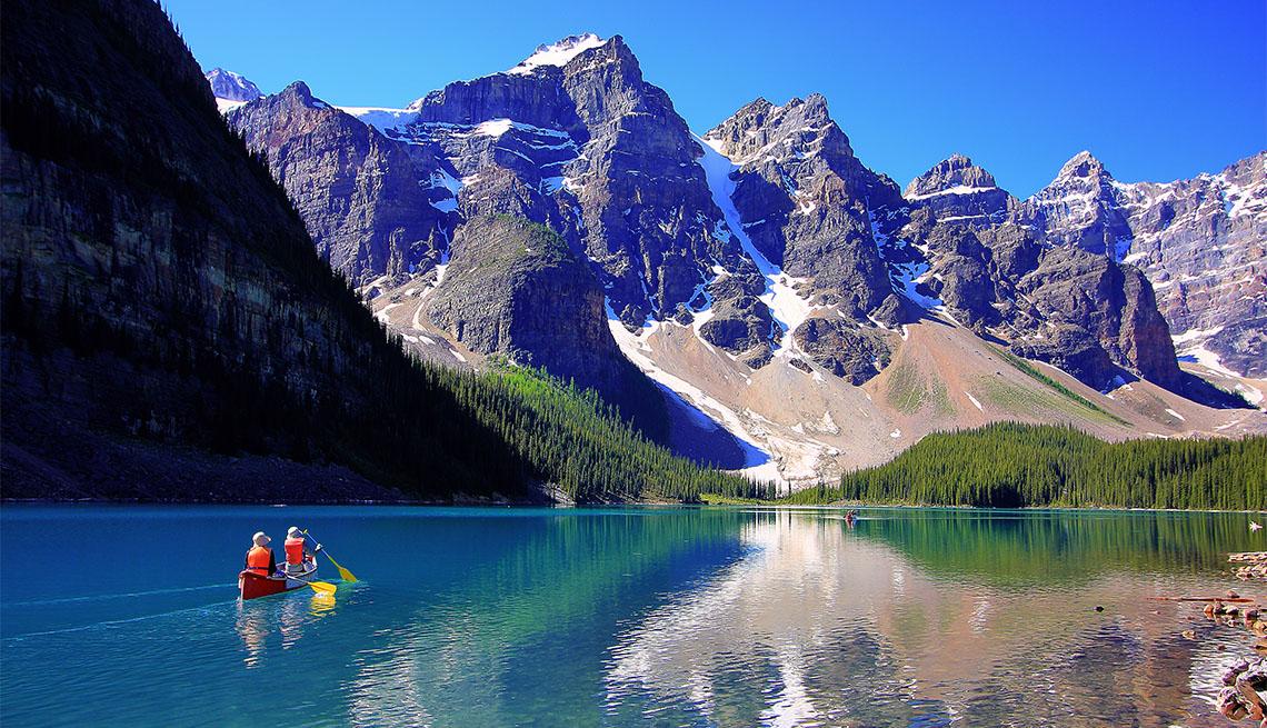 item 5 of Gallery image - Dos personas reman en una canoa en el lago Moraine