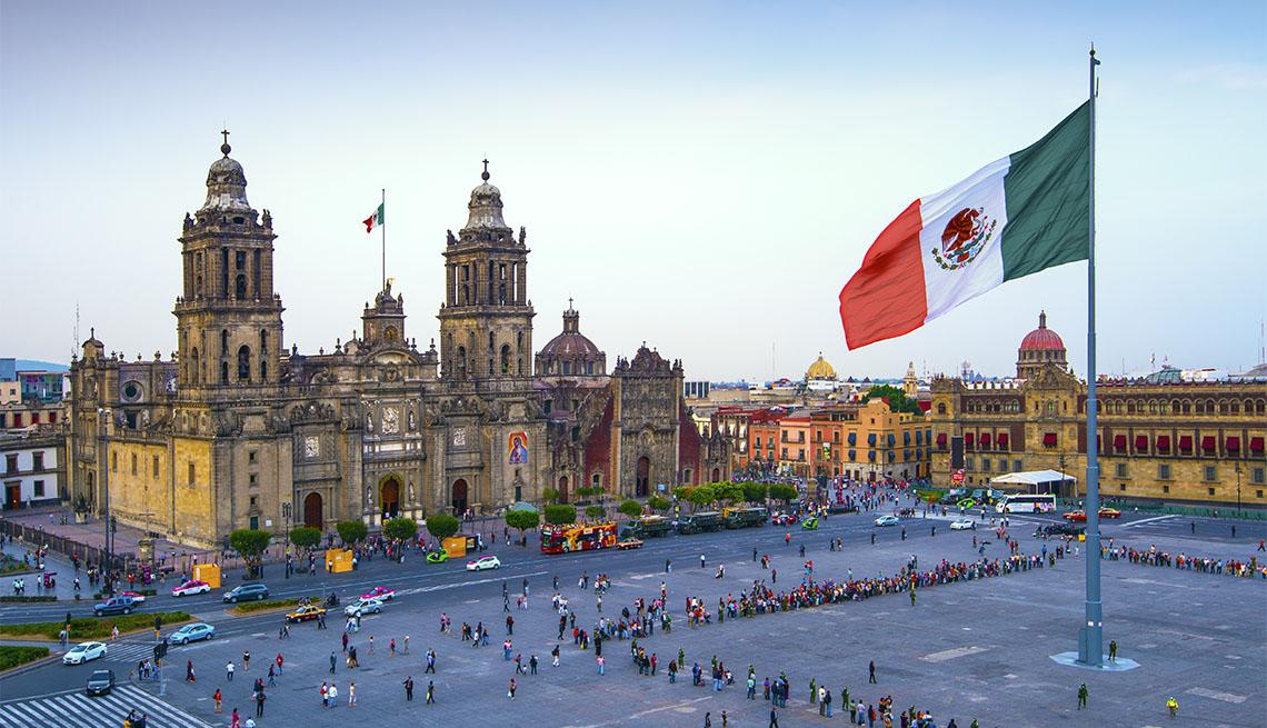 item 3 of Gallery image - La bandera mexicana ondea sobre el Zócalo