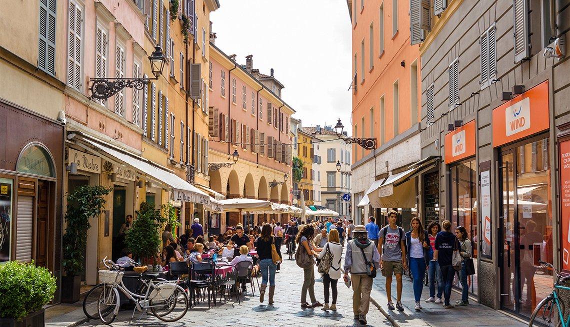 Tiendas y cafeterías en Strada Farini en el centro histórico de la ciudad de Parma