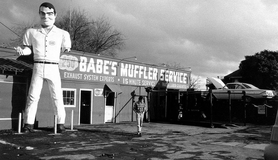 Black and White Statue, Babes Muffler Service, Look Out for Muffler Men