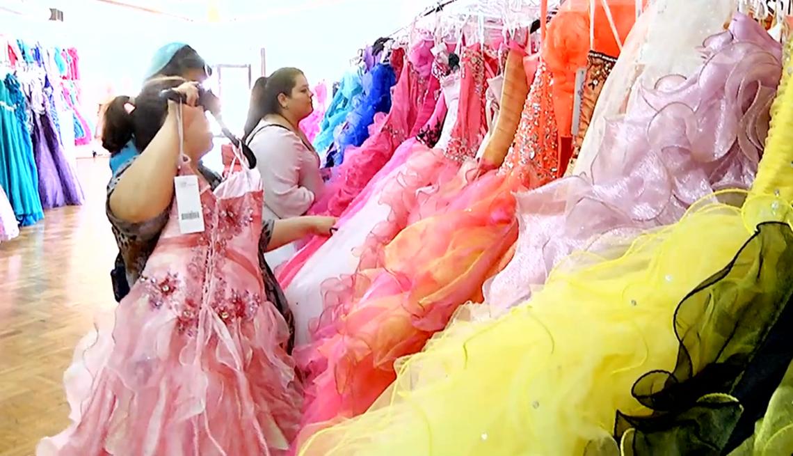 Mujeres viendo vestidos de colores