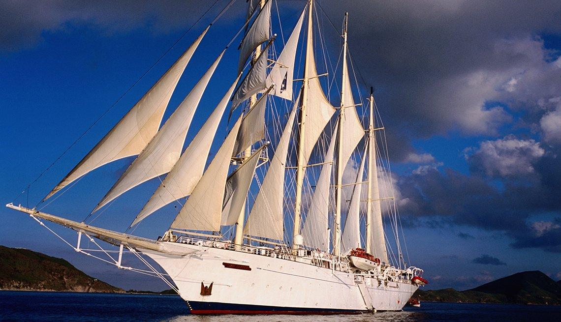 El velero Star Clipper navega con las velas abiertas.